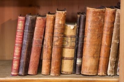 10593053-una-pila-de-libros-muy-antiguos-en-el-estante